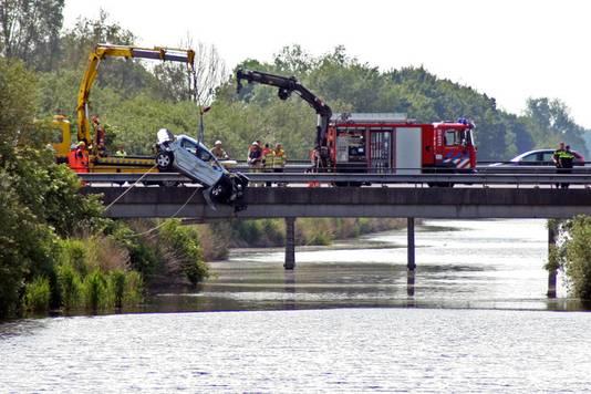 Bij een ongeval op de A6 zijn drie personen om het leven gekomen. Een auto raakte door nog onbekende oorzaak te water langs de snelweg.