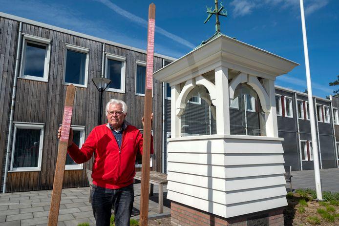 Hans Ariëns met de naalden van zijn gedenktekens bij de klokkentoren van het huidige verzorgingshuis Mooi-Land in Doorwerth.