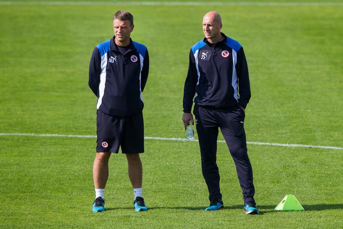 Andries Ulderink (l) als assistent van trainer Jaap Stam (r) bij Reading