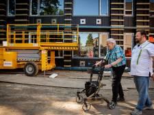 Meneer Leenders mag het vernieuwde verpleeghuis La Verna al zien: hoogste punt is bereikt