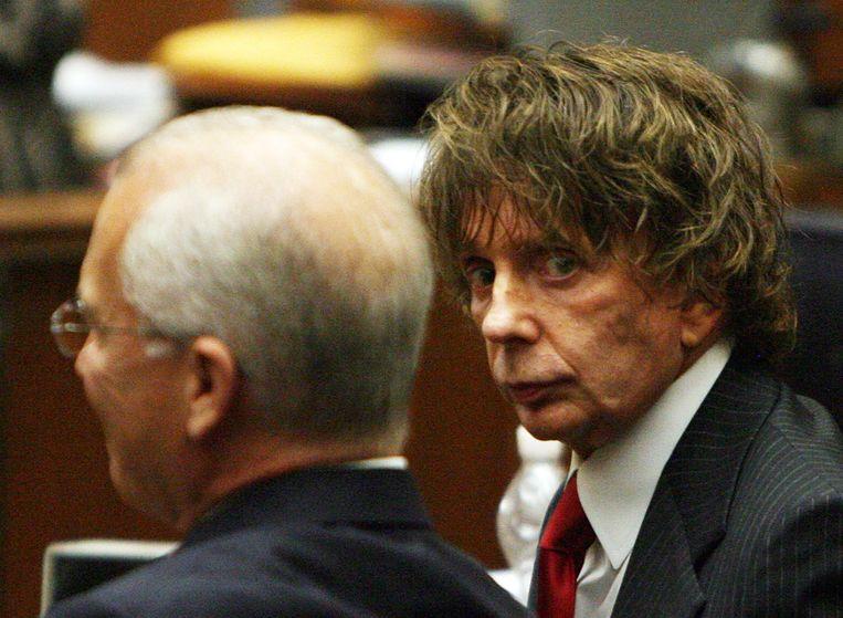 Phil Spector (recht) en zijn advocaat Roger Rosen tijdens zijn rechtszaak in 2007. Beeld AFP