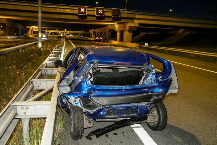 Bij een ongeluk op de A15 bij Valburg is dinsdagavond een auto in de prak gereden