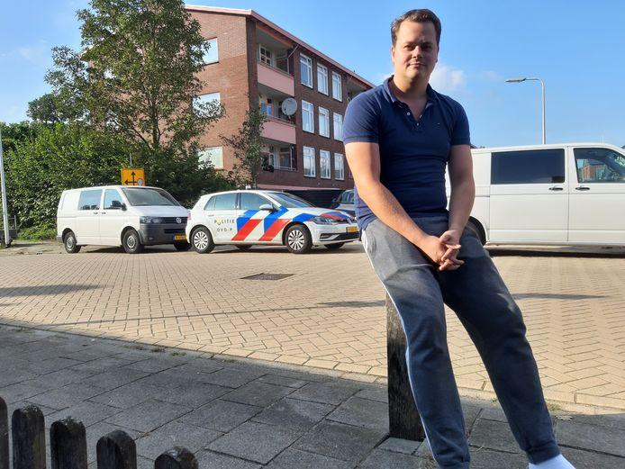 Jan Peter Haas voor zijn woning pal tegenover de appartementen met de balkons waar de kruisboogschieter huishield.