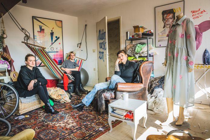 Vlnr.: Eline Baert, Wouter Verstraete en Nanook Cools hebben allen een atelier in de blokken van Nieuw Gent.