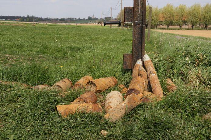 In de Westhoek gooien boeren wel vaker obussen langs de kant van de weg.