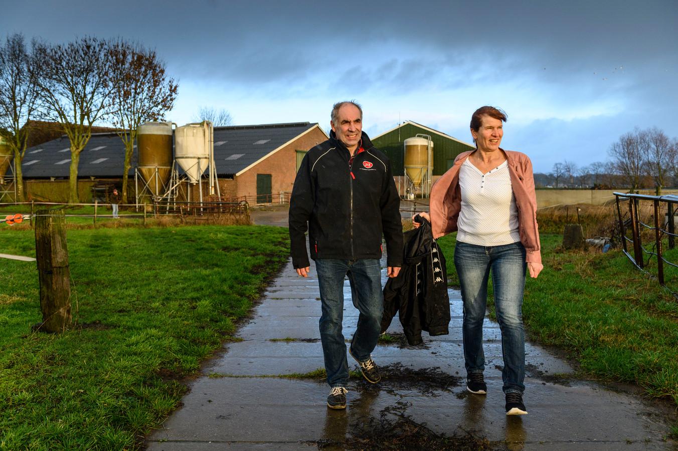 """Henk en Joke Lubberding bij hun melkveehouderij onder de rook van een industriegebied in Zutphen. ,,Dit was altijd een schitterende plek om te wonen, maar nu is het gewoon niet leuk meer."""""""