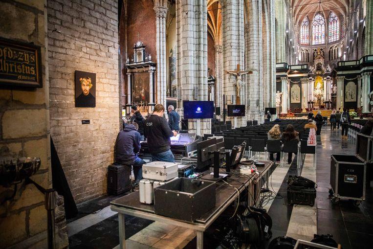 De kathedraal wordt in gereedheid gebracht voor de grote viering van zondag.