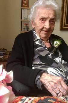 100-jarige Boxtelse Froukje Bleeker-Sonsma rookt af en toe nog een sigaartje