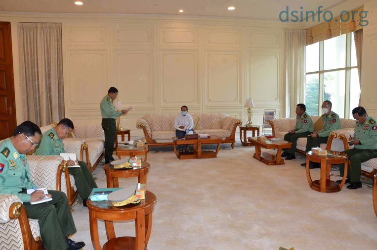De nieuwe president van Myanmar, Myint Swe (midden) en links van hem staand legerleider Min Aung Hlaingg.  Beeld EPA