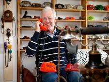 Freerk (69) heeft een telefoonmuseum op zijn zolder: 700 toestellen uit de tijd van telefonistes en draaischijven