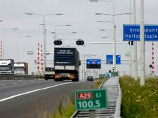 Auto over de kop, A29 richting Rotterdam voorlopig dicht