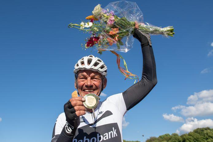 Eefdenaar Atty Duijn wordt gefêteerd na zijn werelduurrecord. ,,Een record van dik 42 kilometer is prachtig. En boven verwachting.''