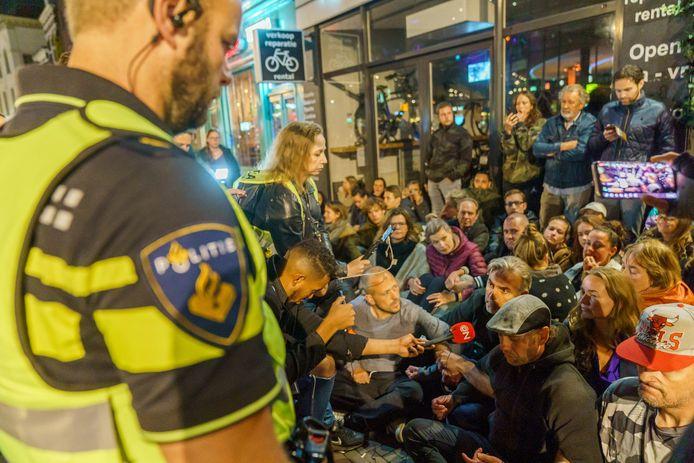 Tientallen mensen verzamelden zich voor het restaurant om steun aan het personeel en de eigenaren te betuigen.