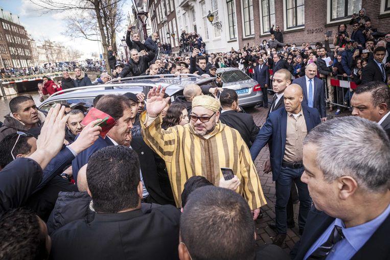 Koning Mohammed VI van Marokko verlaat zijn hotel in Amsterdam, na een bezoek aan Nederland in maart 2016.  Beeld ANP