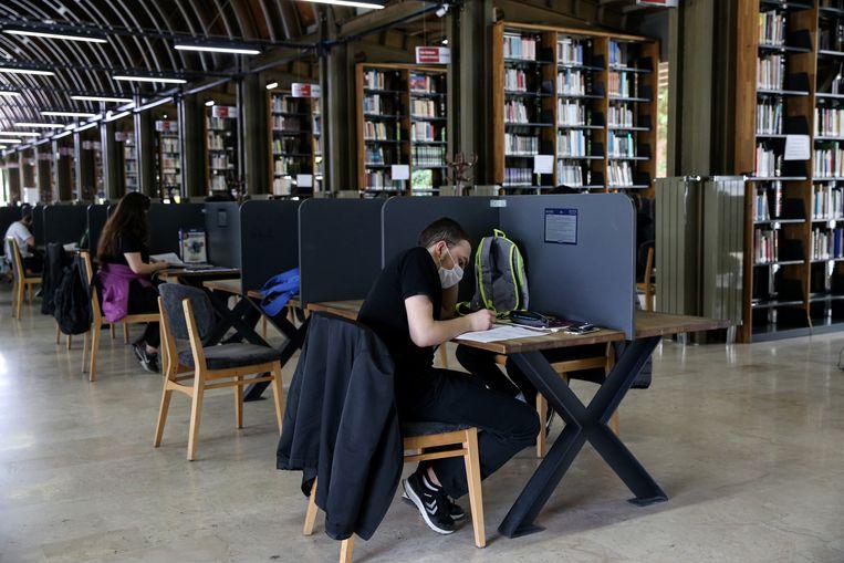 Studenten aan het werk. Bijles is duur en de goede universiteiten zijn voor velen onbetaalbaar. Corona heeft de verschillen verder aangescherpt. Beeld Anadolu Agency via Getty Images
