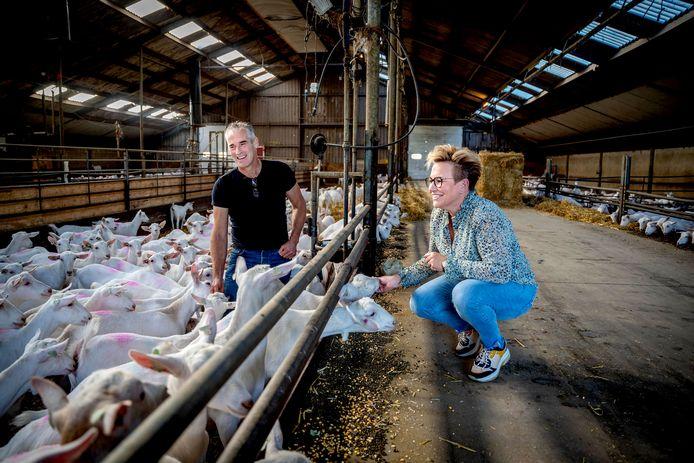 Geitenhouder Geert van den Brand uit Maasbommel en zijn vrouw Tineke. Het bedrijf wordt (nog) niet overgenomen.