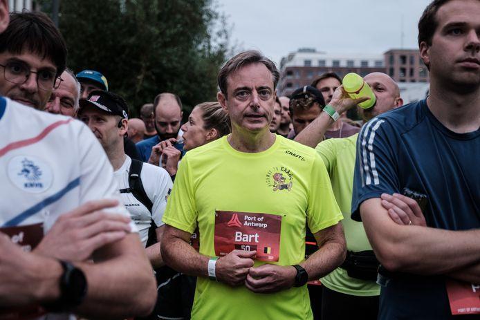 Een zichtbaar zenuwachtige Bart De Wever aan de start.