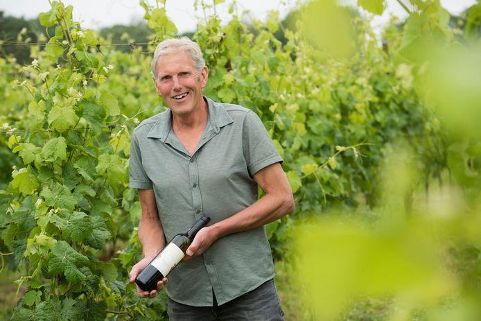 Hans Ypma met de eerste wijn die van zijn wijngaard is gekomen: Peeldorpje.