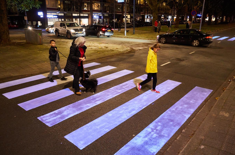 Op de Mariniersweg in Rotterdam werd vorig jaar bij wijze van experiment een blacklight-zebrapad in in gebruik genomen, maar de fluorescerende verf is inmiddels vervaagd.