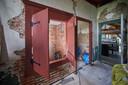 Op de foto de oude bedstee die een tijdje als douche werdt gebruikt . Maarten en Mirella willen er weer een bedstee van maken.