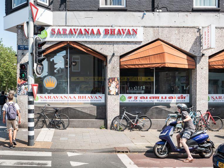 Saravanaa Bhavan: World's no. 1 Indian Vegetarian Restaurant' stond in koeienletters op het raam.   Beeld Simon Lenskens