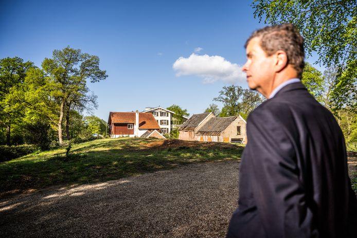 Mauk den Boer op de Smidsberg achter de Résidence. Vlak voor hem zijn de beuken gekapt. Op de achtergrond de oude woning van eigenaar Van den Toorn, de Résidence en de wagenschuur (met een deel van de pannen eraf).