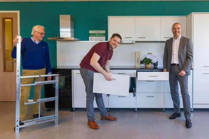 De Helmondse corporatie Woonpartners gaat samenwerken met circulair keukenbouwer Chainable. V.l.n.r. Cees van Nispen en Simon Rombouts van Chainable en Bas Sievers, directeur van Woonpartners.