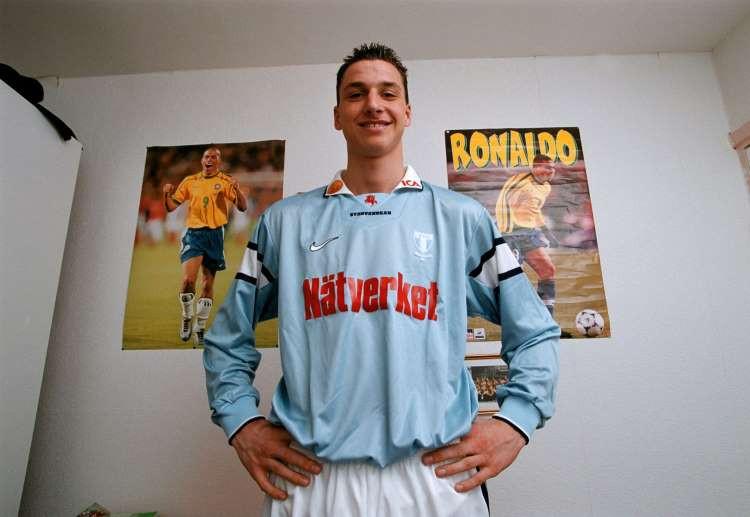 Zlatan Ibrahimovic in 1999 op zijn jongenskamer, met posters van zijn idool Ronaldo aan de muur.