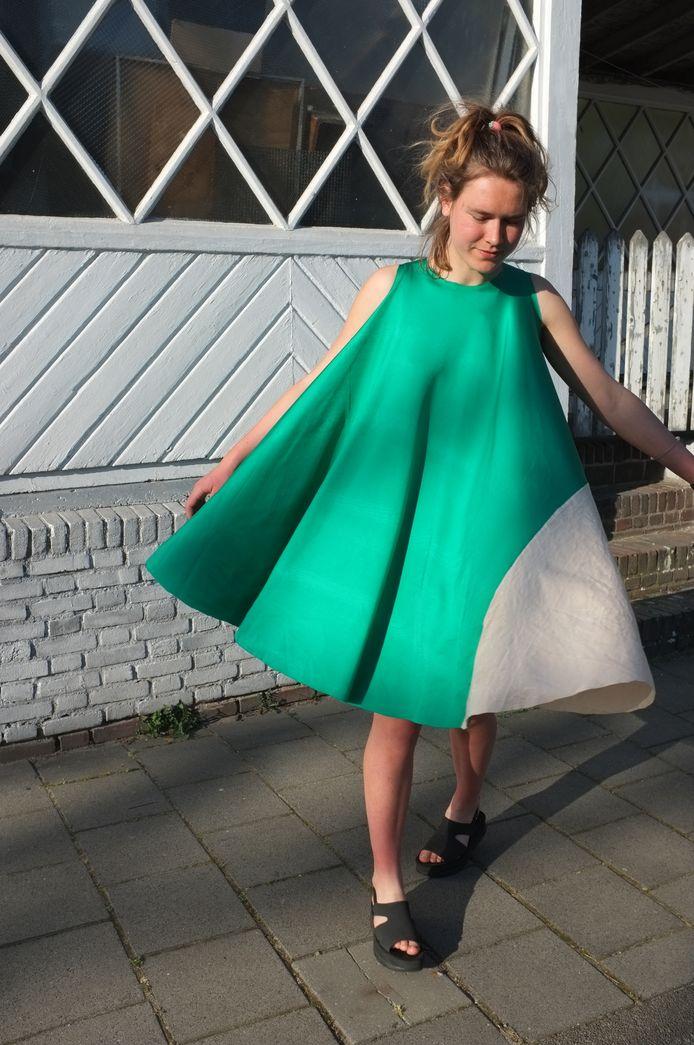 Hamer Körmeling in een door haar ontworpen jurk.