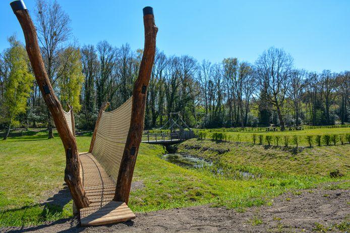 Een beeld van de nieuwe boomstambrug met de ophaalbrug in de achtergrond.
