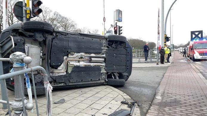 De Citroën ligt gekanteld aan de Kruispoortbrug.