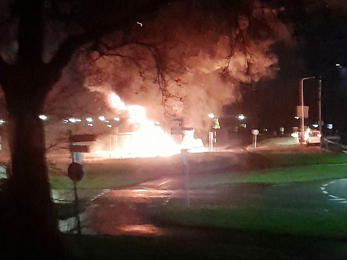 De brandende caravans met autobanden zorgden voor hevige vlammen en stevige rookontwikkeling.