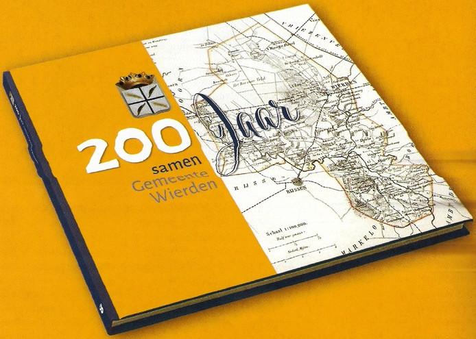 Het boek over 200 jaar gemeente Wierden is zaterdag ten doop gehouden.
