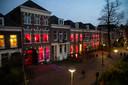 De Nieuwe Marktstraat in Nijmegen, november 2018. Het linkerpand met de rode ramen is eind 2018 op slot gegaan, maar heropent nu weer met een nieuwe exploitant. De roden ramen in het middelste pand zijn eind 2018 ook gesloten en gaan vooralsnog niet opnieuw open.