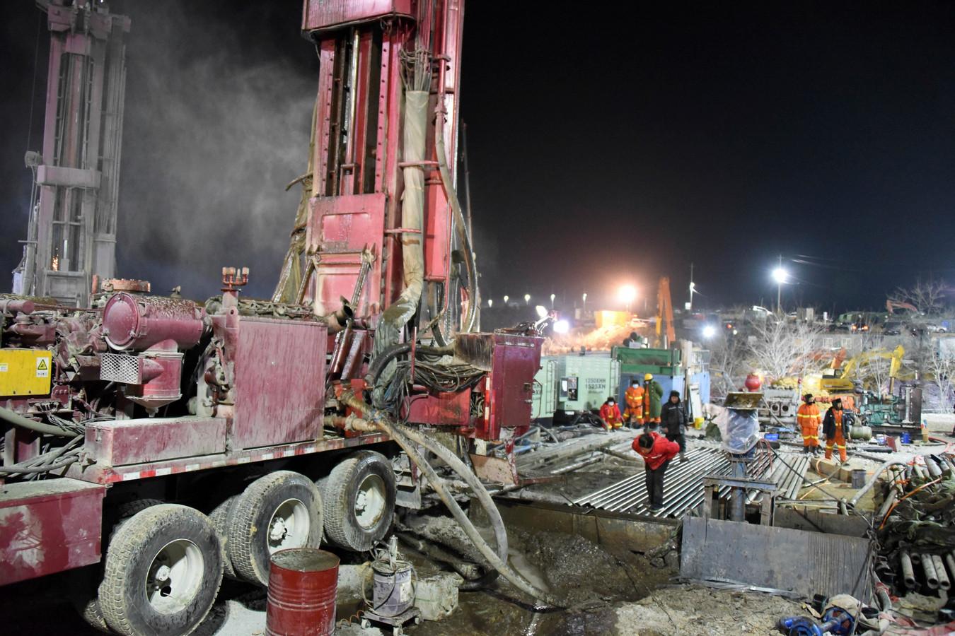 Reddingswerkers drillen een nieuwe schacht om bij de locatie van de vastzittende mijnwerkers te komen.
