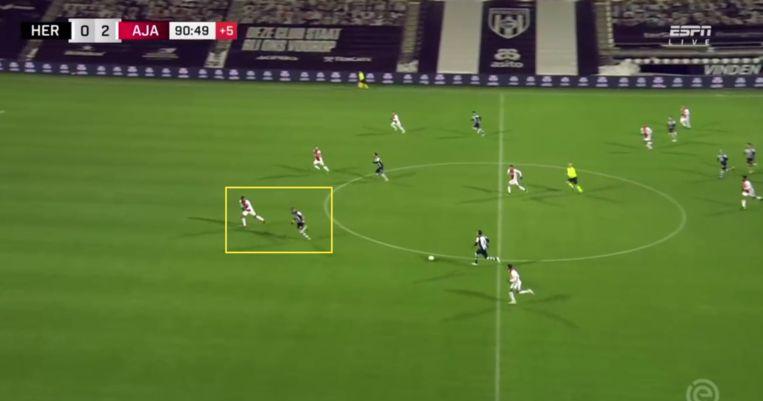 Timber, links in het gele vierkant, tijdens de wedstrijd tegen Heracles Almelo. Beeld Screenshot