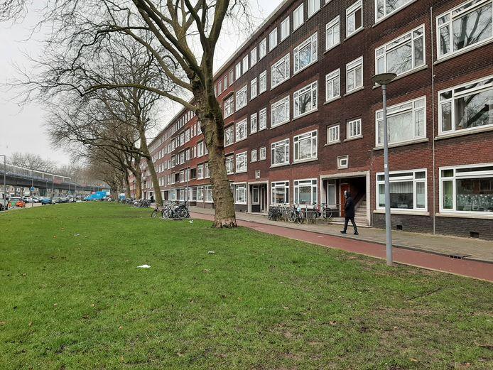 Het woningenblok aan de Mijnsherenlaan waar de vrouw dodelijk gewond raakte.
