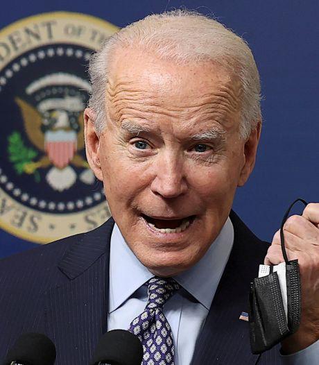 Biden oublie son masque après un briefing sur la COVID-19