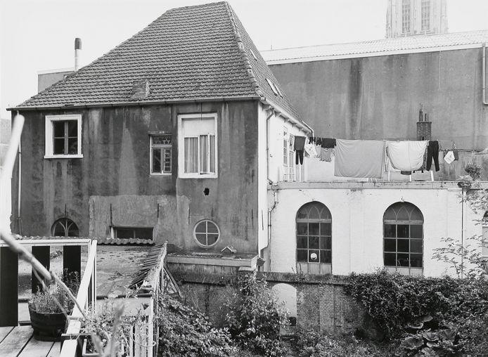 BREDA - Complex met synagoge, huis en Joodse school aan de Schoolstraat in Breda. Hier woonde het in 1943 in Sobibor vermoorde gezin van SDAP-raadslid Barend Cohen.