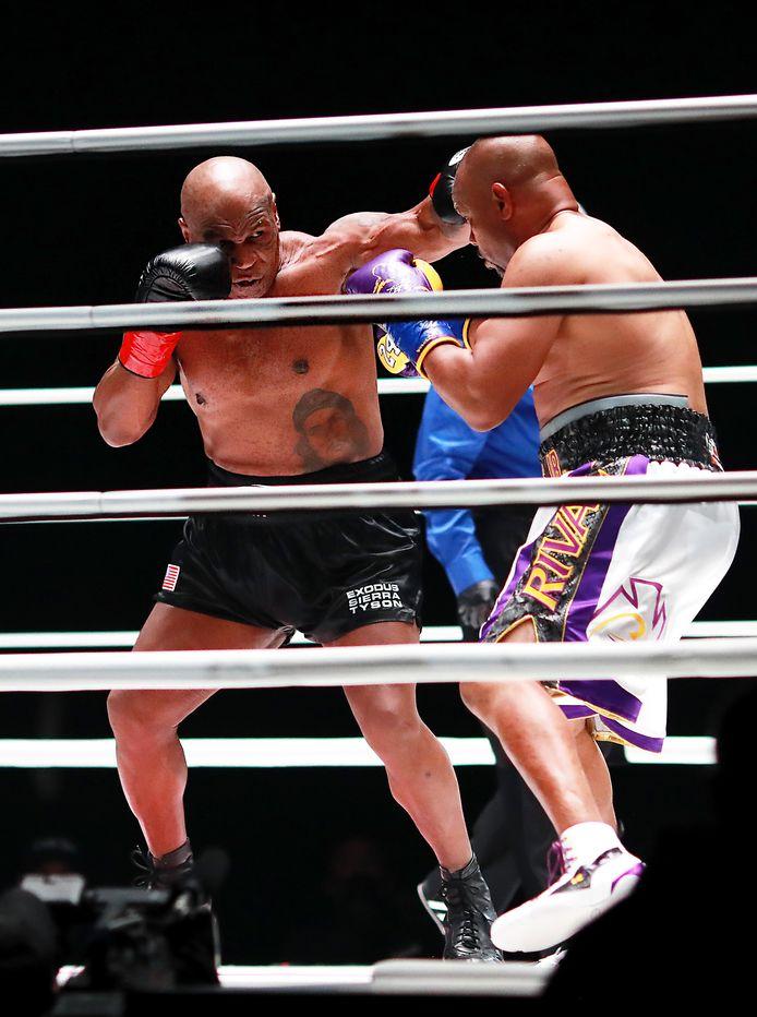 Mike Tyson (links) en Roy Jones, Jr.