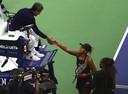 Naomi Osaka bedankt Carlos Ramos. Rechts Serena Williams.
