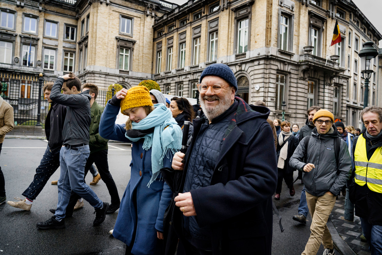 Wim Opbrouck stapt mee op in een protestmars van de cultuursector tegen de besparingsplannen van minister-president Jan Jambon. Beeld Eric de Mildt