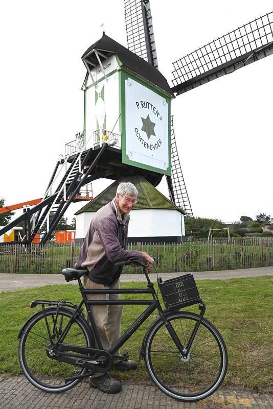 Molenaar Jan van Riet, voor zijn in oude glorie herstelde molen.