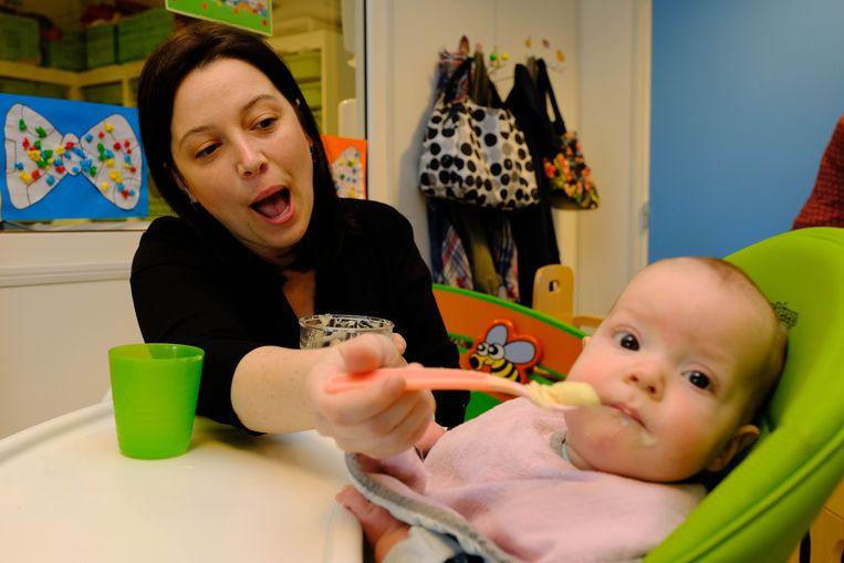 Kelly Van Tendeloo geeft een papje aan een jonge spruit