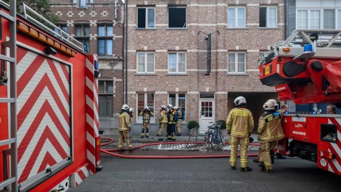 Man gewond bij brand in appartement, katje gered door brandweer