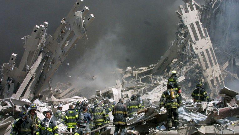 Brandweermannen aan het werk op Ground Zero. Beeld AP