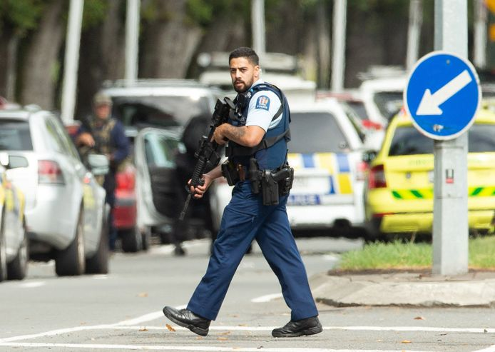 Politie loopt rond bij de Al Noor Moskee in Christchurch.