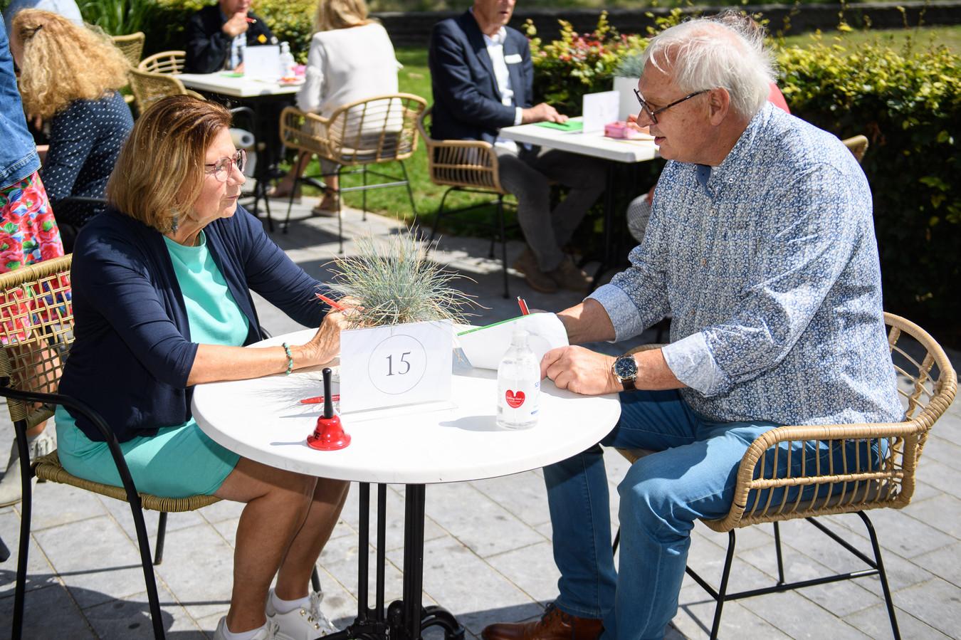 Tafel 15. Gonny Verwer en Rudi van der Scheer krijgen tijdens hun speeddate 7 minuten om elkaar te leren kennen.