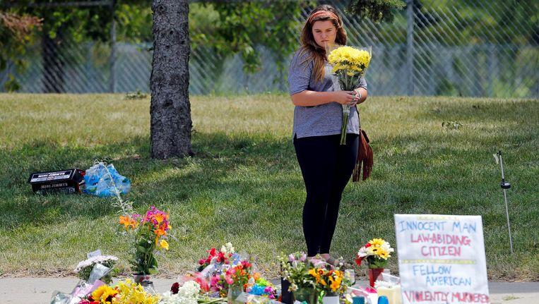 Een vrouw legt bloemen meer voor Philando Castile die tijdens een controle neergeschoten werd door een politieagent. Beeld REUTERS