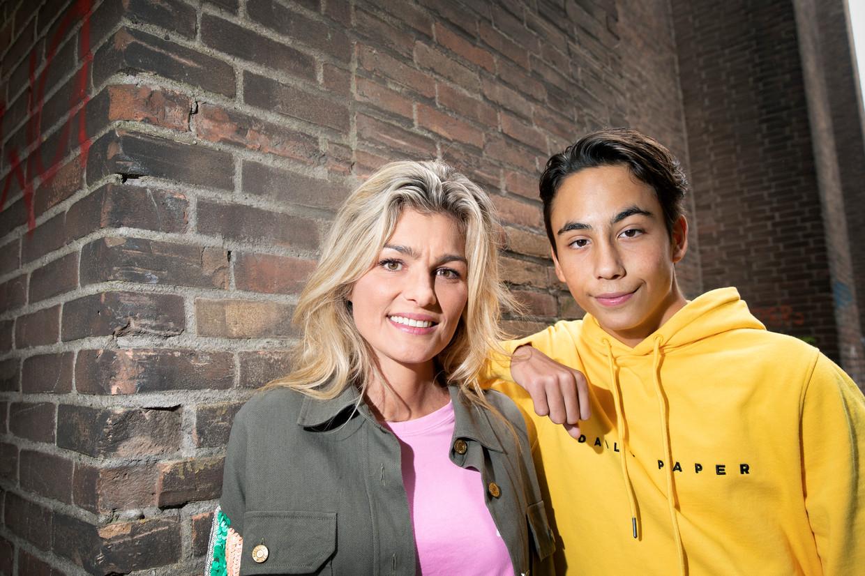 Schrijfster Margje Woodrow met haar 16-jarige zoon Micky.
